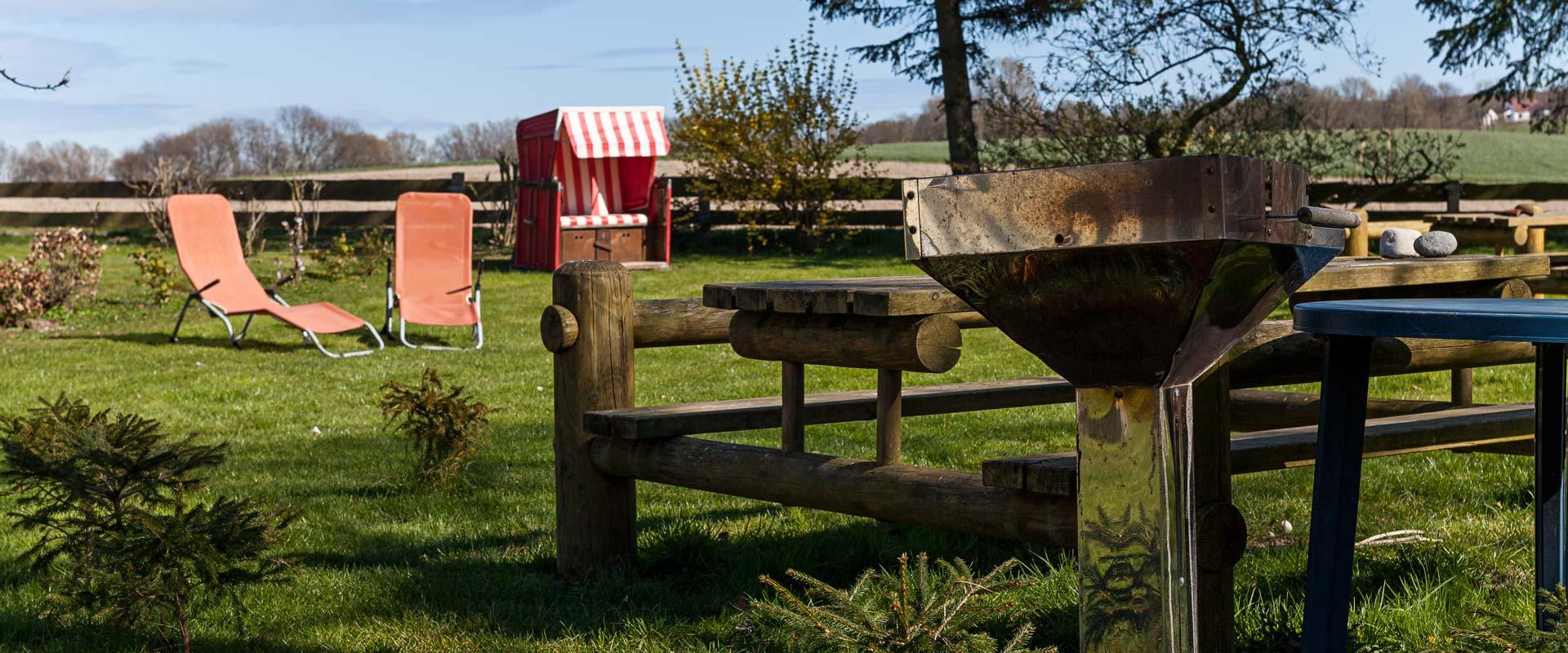 Unser Grundstück bietet<br /> eine Sonnenwiese, Grillmöglichkeiten und viel Platz zum Spielen